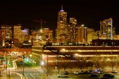 Nachtstraßen-Ansicht von im Stadtzentrum gelegenem Denver Lizenzfreie Stockbilder