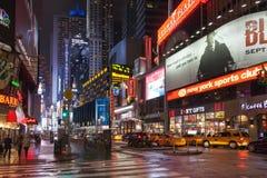 Nachtstraat broadway in New York Gele taxi, vele mensen en reclame openlucht stock fotografie