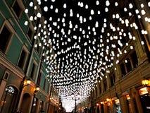 Nachtstraat in licht binnen de stad in stock foto's