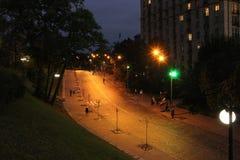 Nachtstraat met het branden van lantaarns Kyivstraat bij nacht lichten van nachtstad stock afbeelding