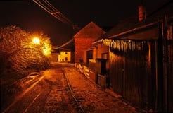 Nachtstraat met ijskegels en ijs op de struiken stock afbeelding