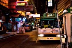 Nachtstraat met minibus stock afbeeldingen