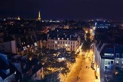 Nachtstraat in Parijs Stock Foto