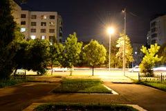 Nachtstraatlantaarns met vaag verkeerslicht Royalty-vrije Stock Fotografie
