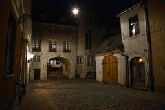 Nachtstraße in der alten Stadt von Riga Lizenzfreie Stockfotografie
