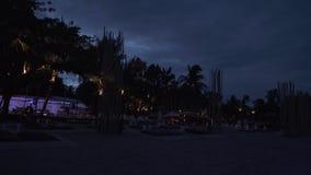 Nachtstrand Chaweng Noi met hotels en restaurants de video van de de voorraadlengte van de tijdtijdspanne stock footage