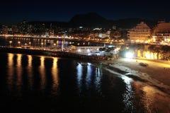 Nachtstrand und -stadt in Spanien Stockbild