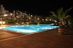 Nachtswimmingpool. Stockfotos