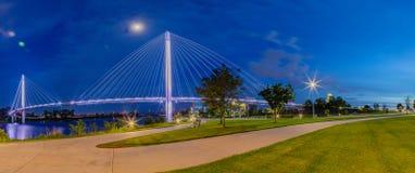 Nachtszene Bob Kerrey-Fußgängerbrücke Omaha lizenzfreie stockfotos