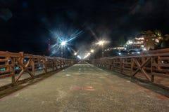 Nachtszene der Betonbrücke mit Licht vom Laternenpfahl lizenzfreie stockbilder