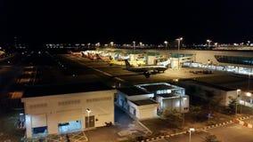 Nachtszene des internationalen Flughafens KLIA2 Stockfotografie