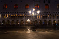 Nachtszene des Marktplatzes San Marco, Venedig Stockfotografie