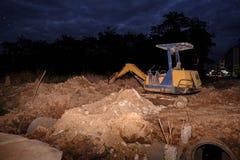 Nachtszene des Raupen-Bulldozers in der Baustelle stockfotos