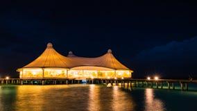 Nachtszene des Restaurants über Wasser lizenzfreie stockfotografie