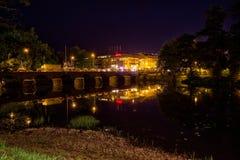 Nachtszene durch den Fluss in Värnamo Stockbild