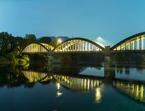 Nachtszene einer Brücke auf dem Fluss Lizenzfreies Stockfoto