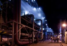 Nachtszene im Kraftwerk lizenzfreie stockbilder