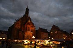 Nachtszene mit antiken Gebäuden lizenzfreie stockfotos
