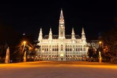 Nachtszene mit Rathaus in Wien Stockbilder