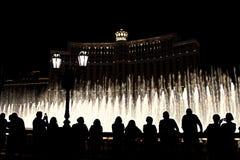 Nachtszene mit Schattenbildern von den Leuten, welche die Bellagio-Brunnen bewundern Lizenzfreie Stockfotos