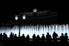 Nachtszene mit Schattenbildern von den Leuten, welche die Bellagio-Brunnen bewundern Stockfotos