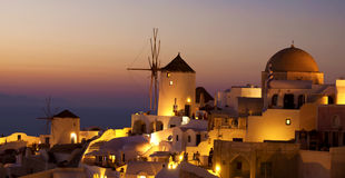 Nachtszene mit Windmühle in Oia Lizenzfreies Stockfoto