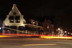 Nachtszene am Schnitt der Hauptstraße und des Schutstraat in Hoogeveen Lizenzfreie Stockbilder