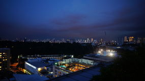 Nachtszene am Stadtzentrum lizenzfreies stockbild