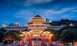 Nachtszene von Aula von Chongqing stockfotos
