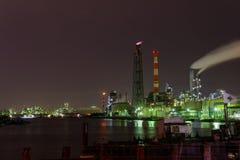 Nachtszene von Fabriken Stockbild