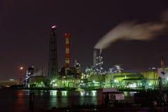 Nachtszene von Fabriken Lizenzfreie Stockbilder