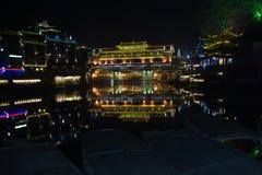 Nachtszene von Fenghuang-Stadt Stockfoto