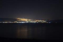 Nachtszene von Tiberias vom gegenüberliegenden Ufer von Kinneret See Lizenzfreie Stockbilder