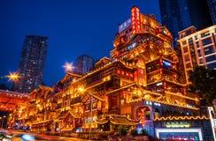 Nachtszenen einer schönen Trachtenmode-Chinese-Architektur stockfoto