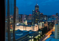 Nachtszenen von im Stadtzentrum gelegenem Indianapolis Stockbilder