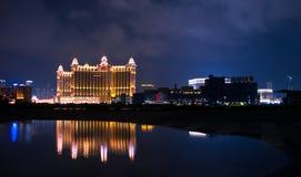 Nachtszenen von Macao mit Wasserreflexion Lizenzfreies Stockfoto