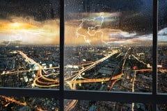 Nachtszenenstadtbild mit Regen Lizenzfreies Stockfoto