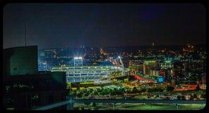 Nachtszenenvogelperspektive Ameritrade-Baseballplatz und im Stadtzentrum gelegenes Omaha Nebraska lizenzfreie stockfotos