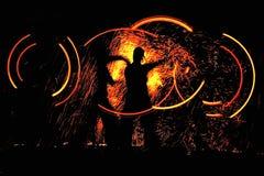 Nachttanz mit Feuer Stockbilder