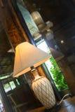 Nachttischlampe in warmer Tone Living Room lizenzfreies stockbild