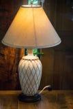 Nachttischlampe in warmer Tone Living Room lizenzfreie stockfotos
