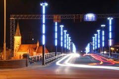 Nachttraffick auf der Brücke stockbilder