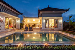 Nachttrieb Luxus und privates Landhaus mit dem Pool im Freien Stockfoto