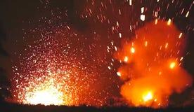 Nachtuitbarsting van lava van de vulkaan Rode plonsen van de mond van de vulkaan stock afbeelding