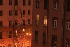 Nachtvensters van huizen royalty-vrije stock afbeelding