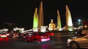 Nachtverkeer bij democratiemonument stock video