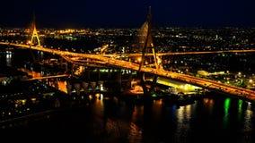 Nachtverkeer bij een brug over de Chaophraya-Rivier stock videobeelden