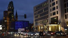 Nachtverkeer bij het district Charlottenburg van Berlijn naast Bahnhof-Dierentuin stock video