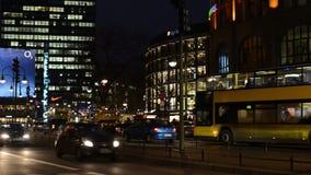 Nachtverkeer bij het district Charlottenburg van Berlijn naast Bahnhof-Dierentuin stock videobeelden