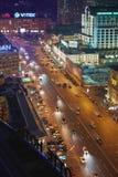 Nachtverkeer bij kruising van Novinsky-Boulevard en Smolenskaya-Vierkant Stock Fotografie